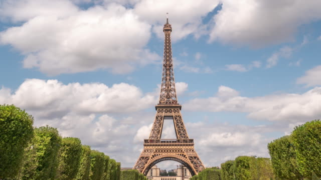 vidéos et rushes de 4k time lapse : tour eiffel à paris, france - architecture