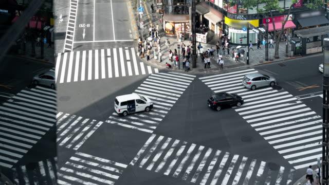 vídeos de stock, filmes e b-roll de cruzamento de pedestres 4k time lapse ginza em tóquio, japão. - sinais de cruzamento