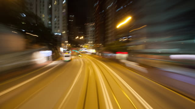 vídeos de stock, filmes e b-roll de 4k, time lapse , hong kong night , the shuttle tram in the city at night - ponto de vista de bonde