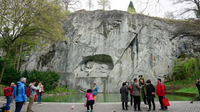 vidéos et rushes de 4k time lapse monument lion avec des touristes à lucerne, suisse - monument
