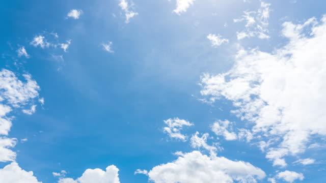 vídeos de stock, filmes e b-roll de lapso de tempo de 4k, movimento do céu azul com nuvens fundo meteorológico, céu azul com lapso de tempo de nuvens - céu claro