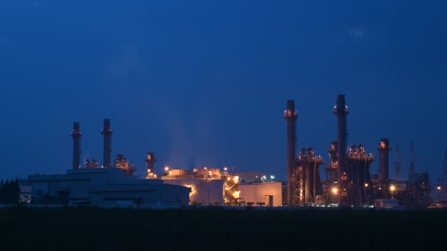 4k time lapse of combined cycle power plant or fuel gas powerplant - dämmerung stock-videos und b-roll-filmmaterial