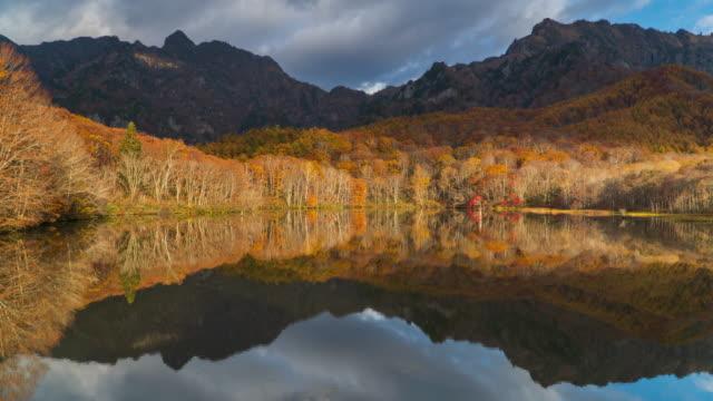 vídeos de stock, filmes e b-roll de 4 k o lapso de tempo da lagoa de kagamiike na temporada de outono, nagano, japão. - lago reflection
