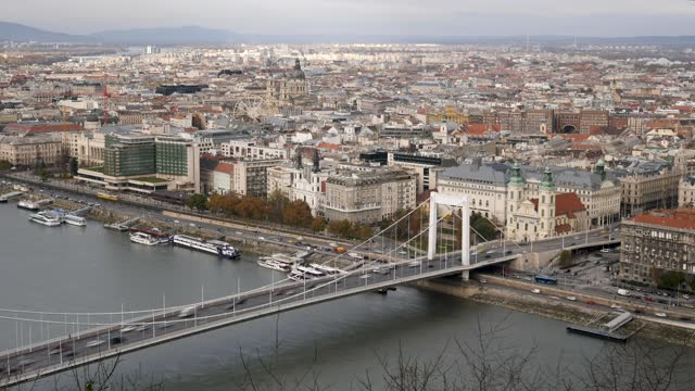 4k time lapse of rush hour commuter traffic in budapest along the river danube and elisabeth bridge - széchenyi chain bridge stock videos & royalty-free footage