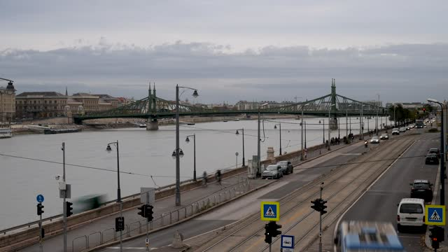 4k time lapse of rush hour commuter traffic in budapest along the river danube and liberty bridge - széchenyi chain bridge stock videos & royalty-free footage