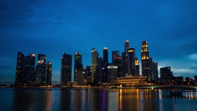 vídeos de stock, filmes e b-roll de lapso de tempo 4 k de grupo de cidade de singapura do gabinete de arquitectura do edifício business distrito cidade - hora do dia