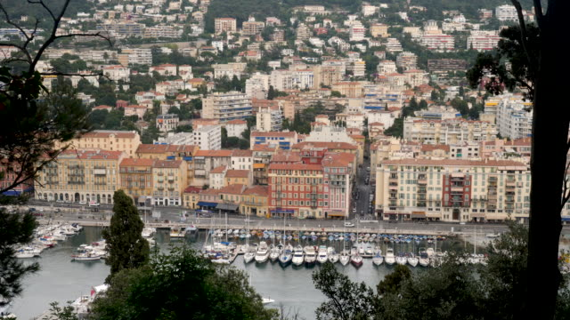 vidéos et rushes de 4k time lapse of yachts, boats and ships in harbour of nice, france. showing main street and traffic and a full vista cityscape on a bright summer warm day. - port de plaisance