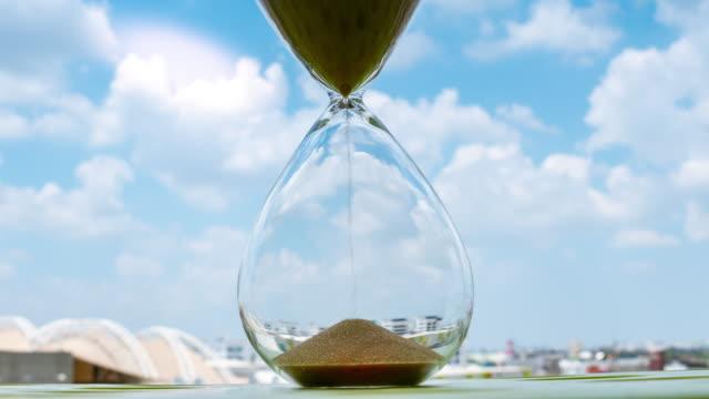 vídeos de stock e filmes b-roll de 4k time lapse sand clock, business concept teamwork & time management - filme imagem em movimento