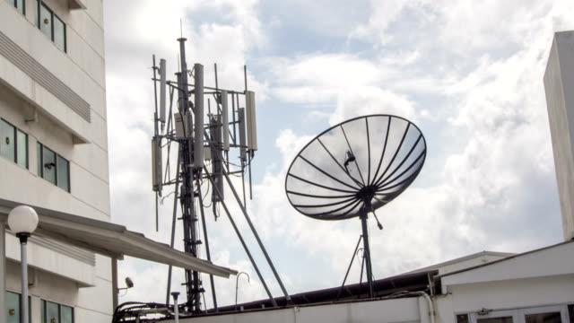 4 k time-lapse: satellietschotels op dak