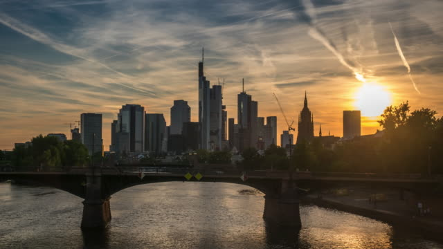 stockvideo's en b-roll-footage met 4 k time-lapse: skyline van frankfurt - duitsland