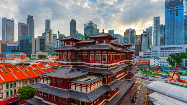 vídeos de stock e filmes b-roll de 4k time lapse sunrise scene of buddha tooth relic temple of singapore - cultura chinesa