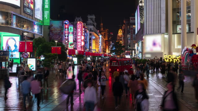 vídeos de stock e filmes b-roll de 4k time lapse: tourist pedestrian crowd walking at nanjing road shopping street at night before national holiday, shanghai city, china. - peão papel humano