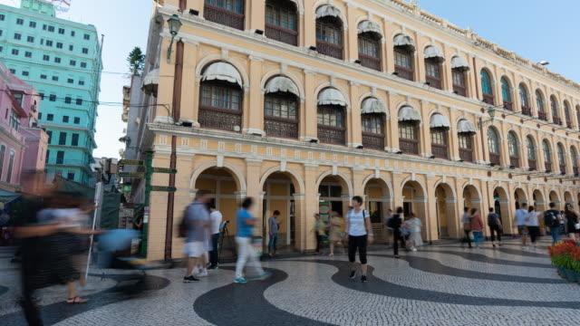 vidéos et rushes de 4k time lapse: touristes shopping à la boutique de détail à senado square, macao. - place du leal senado