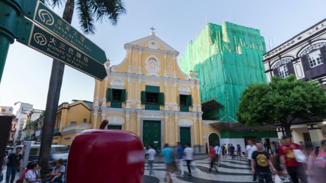 vidéos et rushes de 4 km laps de temps : touristes marchant devant l'église saint-dominique, macao. - place du leal senado