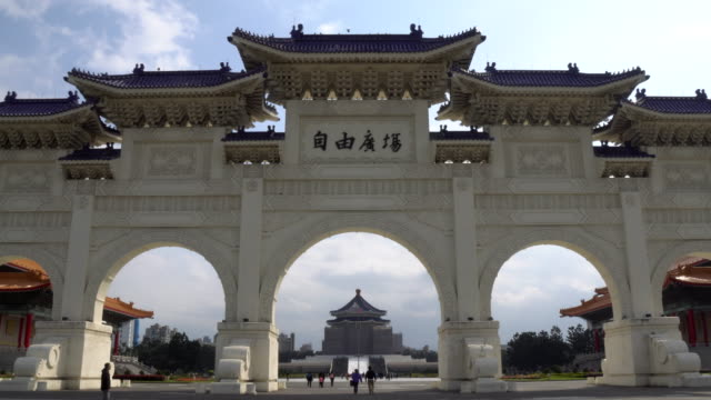 stockvideo's en b-roll-footage met 4k timelapes: chiang kai shek (cks) memorial hall in de stad van taipeh - gedenkteken
