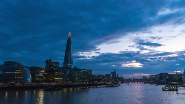 stockvideo's en b-roll-footage met 4k timelapes van de shard, het stadhuis in southwark en de thames, londen, uk, time lapse - town hall