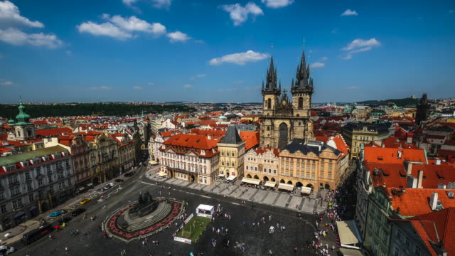 4kタイムラペス:プラハ旧市街広場、プラハ、チェコ共和国のプラハ市のスカイラインタイムラプス - プラハ旧市庁舎点の映像素材/bロール