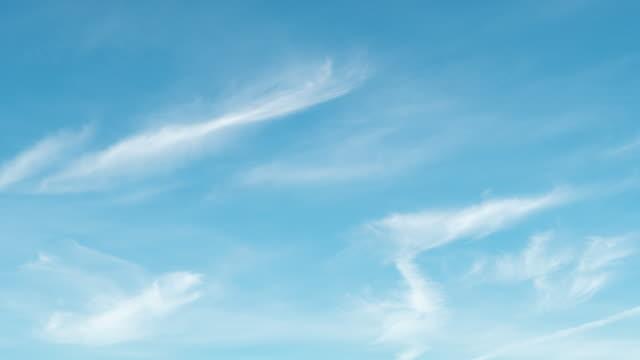vídeos y material grabado en eventos de stock de 4k timelapes : el cielo despejado con una nube - cirro