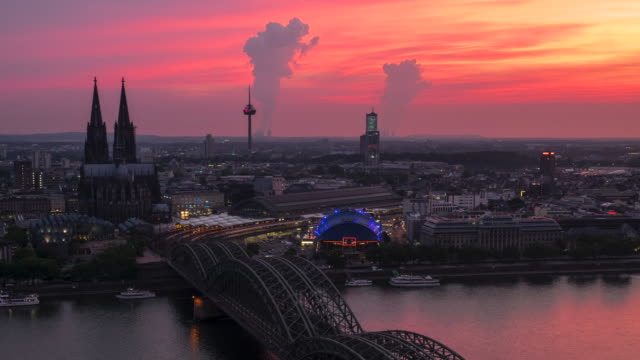 4kタイムラプス:日没時の空中ケルン大聖堂ホーエンツォレルン橋、ドイツ - 世界的な名所点の映像素材/bロール