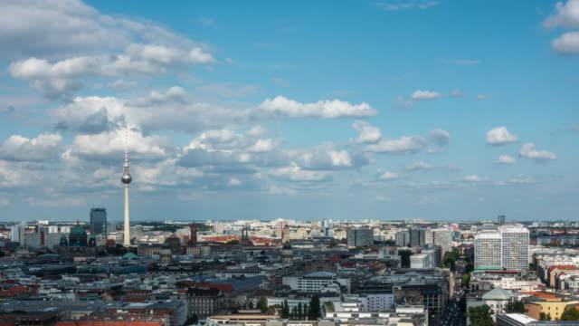 vídeos de stock, filmes e b-roll de time-lapse 4k: paisagem urbana de berlim da vista aérea - east berlin
