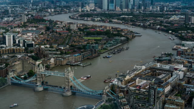 4k time-lapse : luftaufnahme der skylines von tower bridge und office building am londoner kanarienis england uk - fluss themse stock-videos und b-roll-filmmaterial