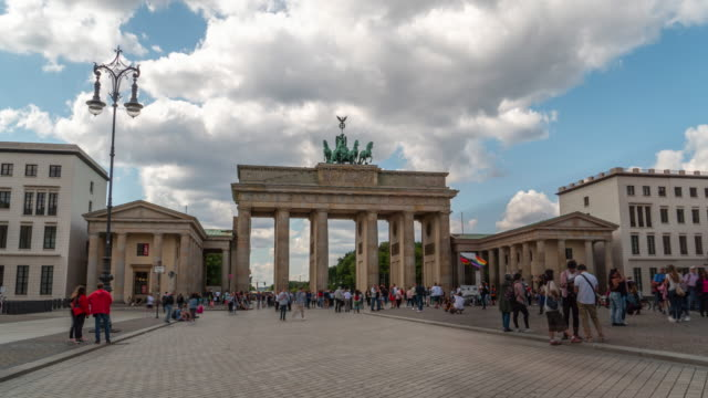 4k time-lapse : brandenburg gate of berlin - tourist stock videos & royalty-free footage