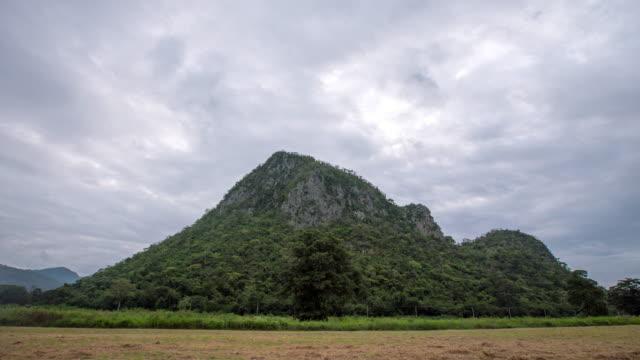 4 k décomposée nuages, montagne et coucher de soleil, Thaïlande