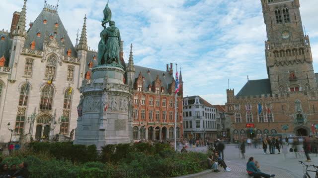 vidéos et rushes de 4k timelapse touristes de foule marchant sur la place grote markt et la tour de belfort à bruges, belgique. - famous place