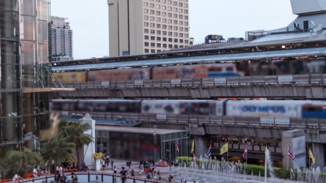 4 k Time-lapse dag naar nacht business zone, sky train station, Thailand transport