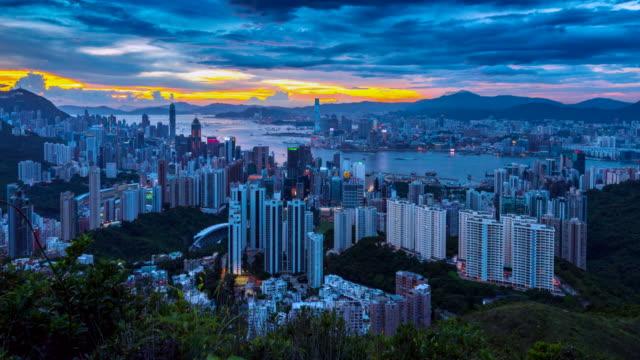 stockvideo's en b-roll-footage met 4k timelapse dag naar nachtscène van de skyline van hongkong, uitzicht vanaf jardine's lookout, hongkong - verwonderingsdrang