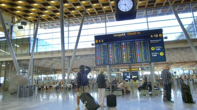stockvideo's en b-roll-footage met 4k timelapse beelden van mensen lopen in oslo airport. dit is het belangrijkste internationale vliegveld van de noorse hoofdstad. - commercieel vliegtuig