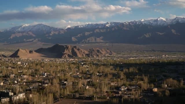 4k, Zeitraffer, Lockdown; Leh Ladakh Stadt in Indien bei Sonnenuntergang.