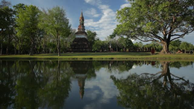 4 k Zeitraffer Lockdown, Tempel Wat Mahathat in Sukhothai zur Tageszeit.