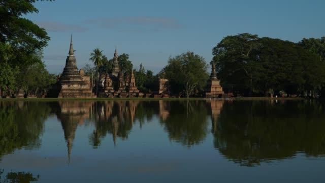 4 k タイムラプス ロックダウン、タイのスコータイ歴史公園にワット ・ マハタート寺院。 - アユタヤ県点の映像素材/bロール