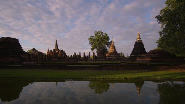 4 k Zeitraffer Lockdown, Tempel Wat Mahathat in Sukhothai Geschichtspark in Thailand.