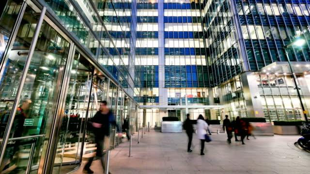 4 k time-lapse London Bridge, rörlighet för affärsmän i kontorsbyggnaden zon, London, England