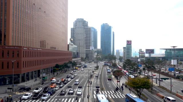 4 k 車のトラフィックと韓国のソウル駅で道路上の人々 のクラウン歩行者のタイムラプス - ソウル点の映像素材/bロール
