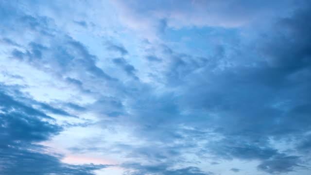4k Zeitraffer von Wolken mit blauem Himmel