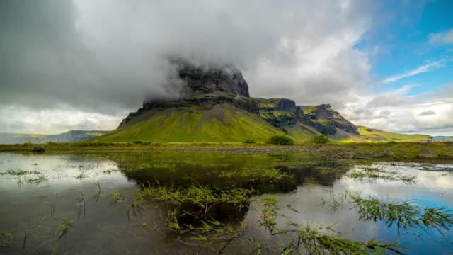 4 k zeitraffer des dramatischen wolkengebilde am berg lomagnupur im sommer von island - schöne natur stock-videos und b-roll-filmmaterial