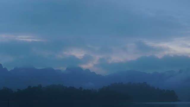 4 k タイムラプスの霧と朝杯プレゼント lan ダム、スラートターニー、タイの湖。 - リフレクション湖点の映像素材/bロール