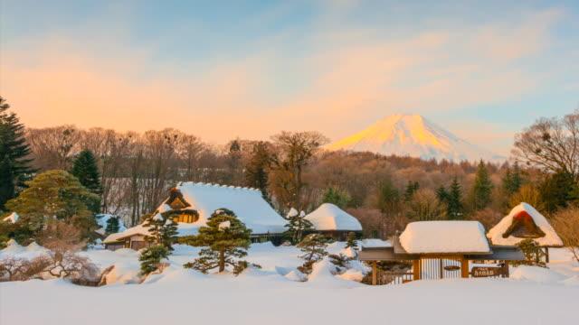 vidéos et rushes de 4k décomposée du lever du soleil à oshino hakkai village avec le mont fuji est fond après la tempête de neige, hiver japon - saison
