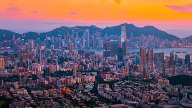 stockvideo's en b-roll-footage met 4 k timelapse van sunrise scène van hongkong stadslandschap, weergave formulier top van lion rock berg, hongkong - multi coloured