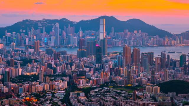 stockvideo's en b-roll-footage met 4 k timelapse van sunrise scène van hongkong stadslandschap, weergave formulier top van lion rock berg, hongkong - verwonderingsdrang