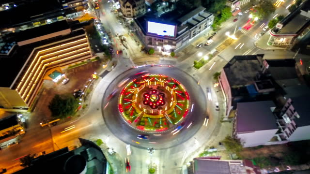 vídeos de stock e filmes b-roll de 4k timelapse or hyperlapse of roundabout traffic in hatyai city, songkhla thailand, aerial view - car point of view