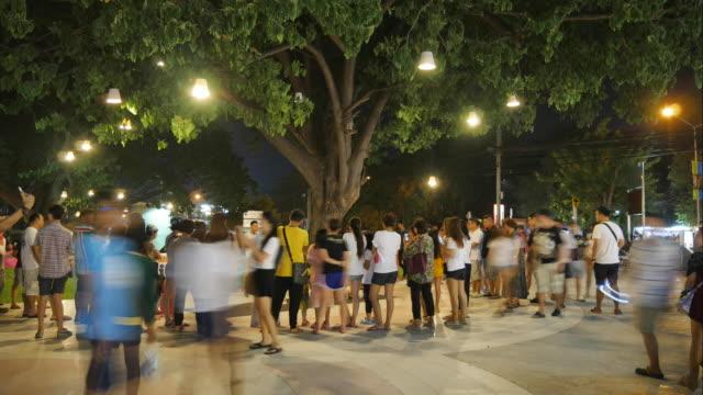 4 k timelapse de personnes sur le marché nocturne asiatique. Marché de Cicada, Hua Hin, Thaïlande.