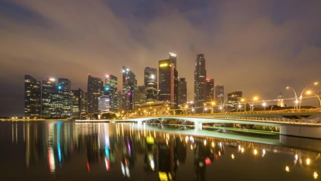 vídeos de stock e filmes b-roll de 4k timelapse singapore skyline night to day morning time sunrise - dia