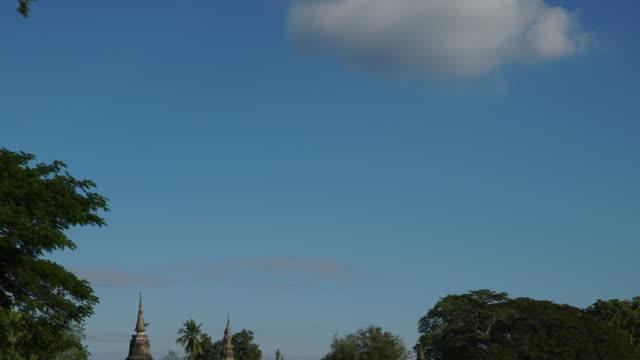 4 k Zeitraffer Neigung nach unten, Tempel Wat Mahathat in Sukhothai zur Tageszeit.