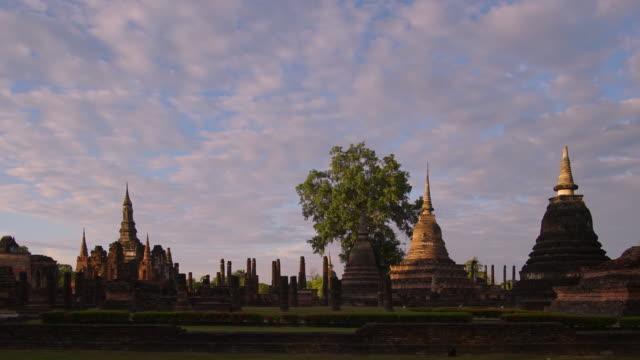 4 k Zeitraffer Neigung nach unten, Tempel Wat Mahathat in Sukhothai Geschichtspark in Thailand.
