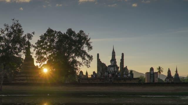 タイのスコータイ歴史公園にワット ・ マハタート寺院を 4 k のタイムラプス傾斜。 - アユタヤ県点の映像素材/bロール