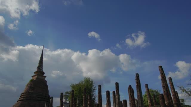 4 k Zeitraffer Neigung nach unten, Sa-Si-Tempel Wat im Geschichtspark Sukhothai in Thailand.